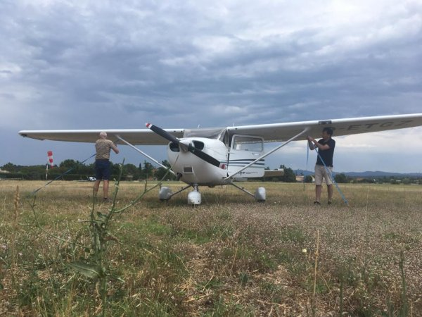 37-Aix-les-Milles-Flugzeug-anbinden